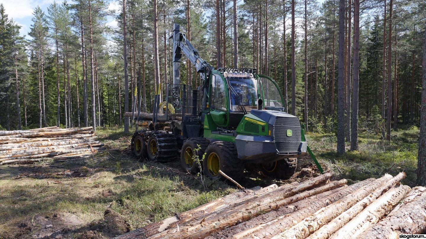JOHN DEERE 1010G – AN EASILY OPERATED HEAVYWEIGHTER FOR FOREST THINNING