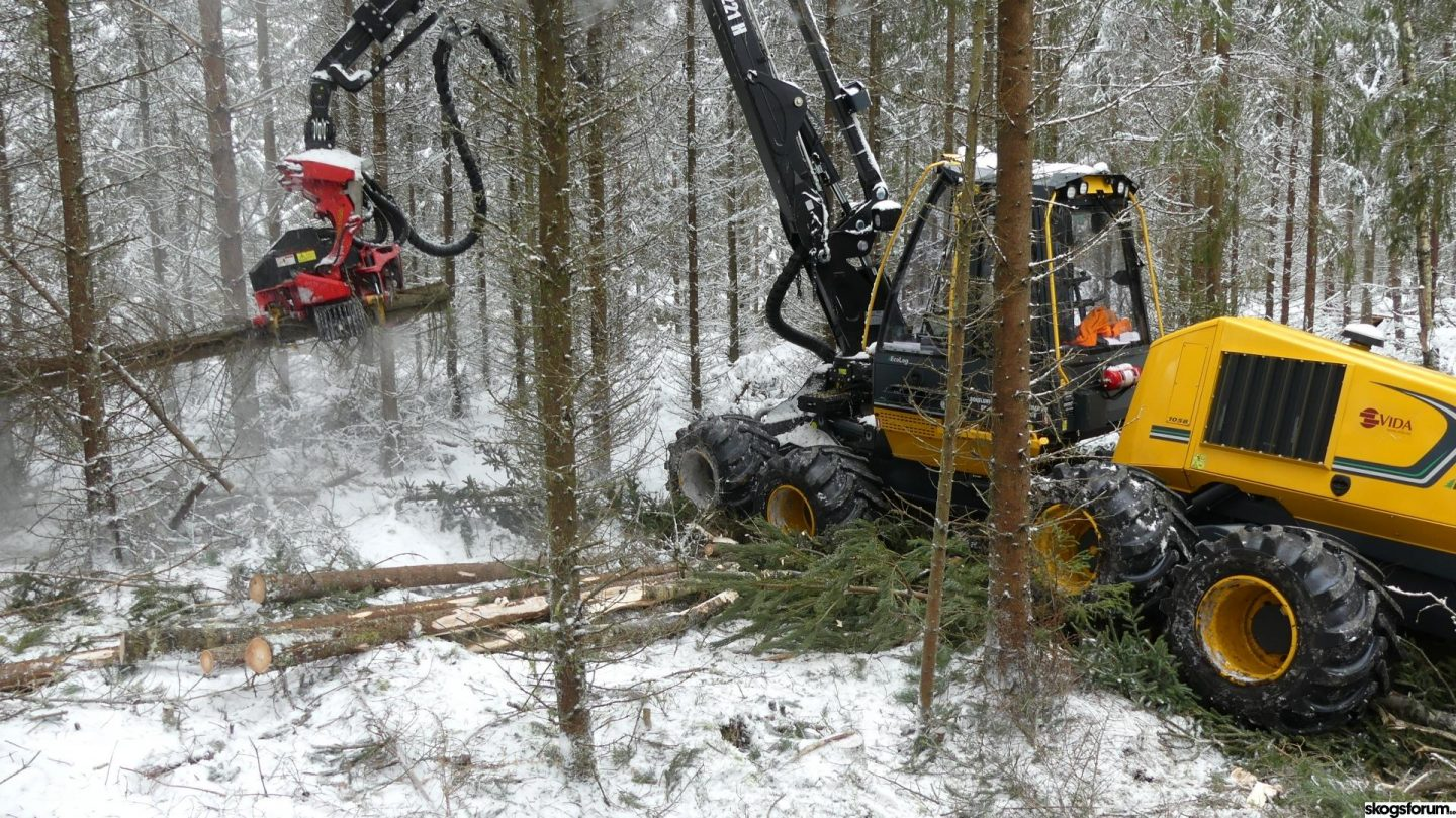 """Eco Log 1058 – the first """"yellow Gremo"""" harvester in action"""